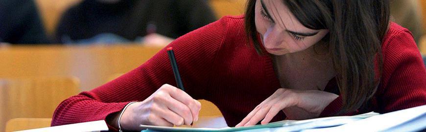 étudiante du  supérieur qui prend des notes   @ E. Vidal/isopress Senepart