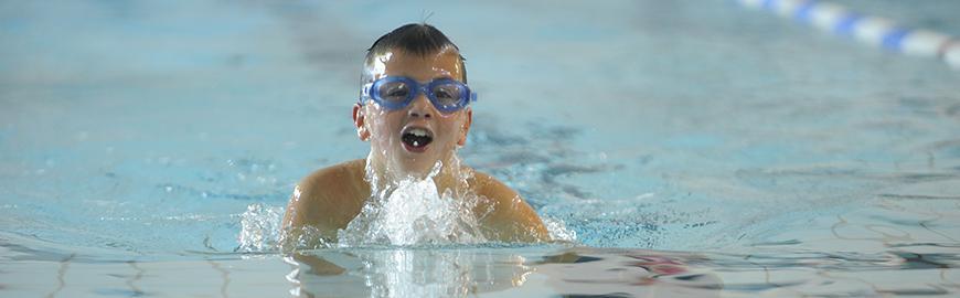 enfant qui nage dans une piscine  Isopix