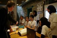 Sciences à l'école (stands d'écoles, plan rapproché)