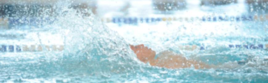 Elève dans une piscine.  Isopix
