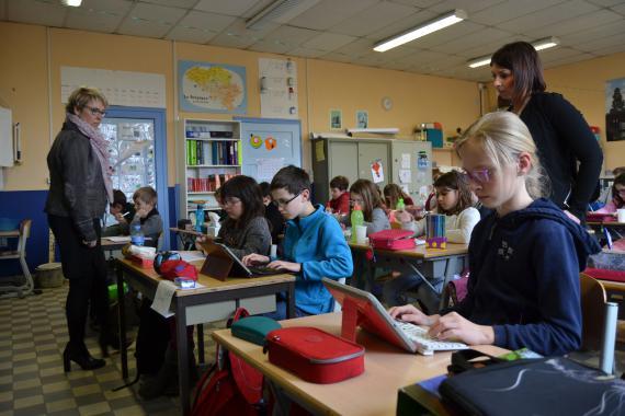 Institutrice en intégration, Solène Résibois (à droite) travaille souvent avec Ariane Smet, sa collègue de cinquième primaire: à deux dans la classe comme ici, en ateliers avec certains enfants, en remédiation individuelle...