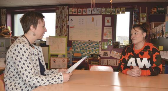Institutrice maternelle, Marie Kuborne (à droite) a demandé à Claire Henry, puéricultrice, de venir observer un enfant dans sa classe. Une pratique courante qui suppose une belle dose de confiance...