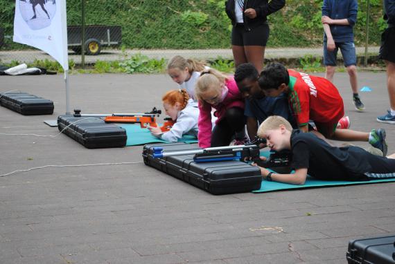 Ce 22 juin, des classes ont découvert le biathlon au Centre Adeps de Spa.