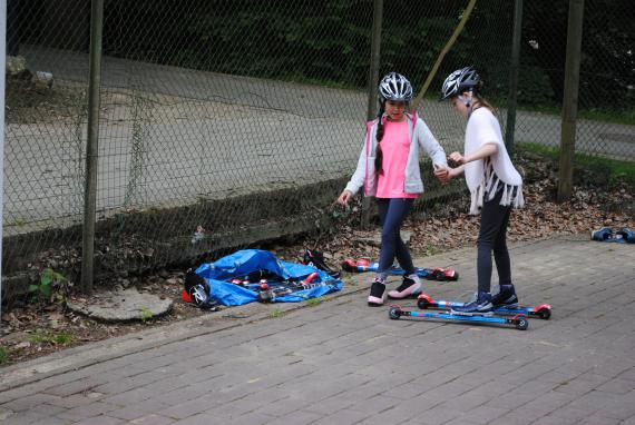 Le biathlon en été, c'est du ski à roulettes et du tir laser.
